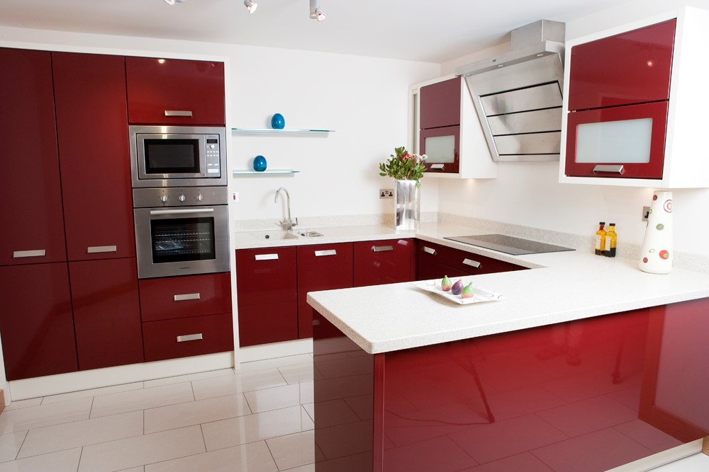 Burgundy high gloss with 40mm Corian worktop. Handles: Giza 160mm centres.