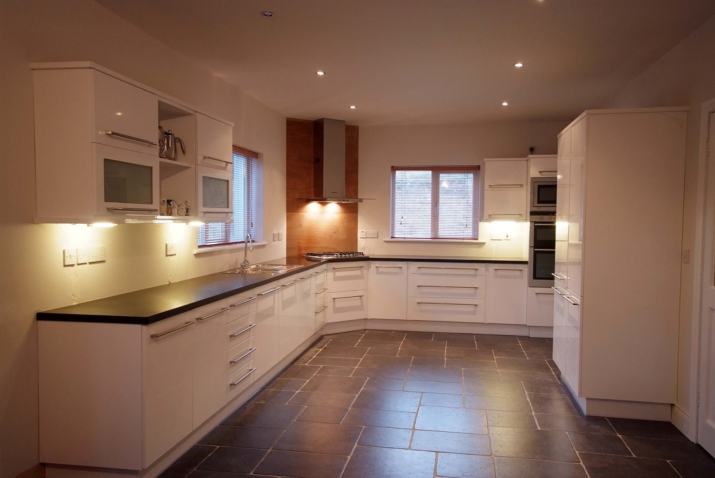 White high gloss with composite worktop, Handles: Verona 14.